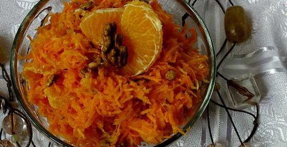 Surówka z marchewki z pomarańczą i orzechami