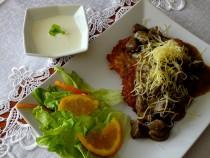 Placki ziemniaczane z gulaszem z sarniny