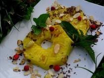 Ananas z grilla z poziomkami