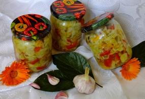 Ogórkowa sałatka z marchewką i papryką