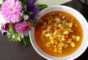 Wielowarzywna zupa gulaszowa