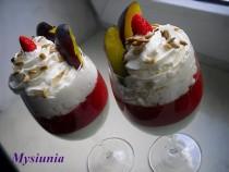 Deser jogurtowo – poziomkowy z bitą śmietaną