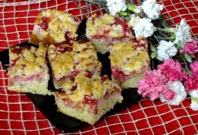Ciasto z rabarbarem, truskawkami i kruszonką