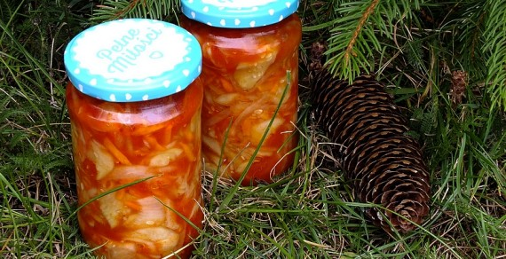 Sałatka ogórkowa w zalewie pomidorowej