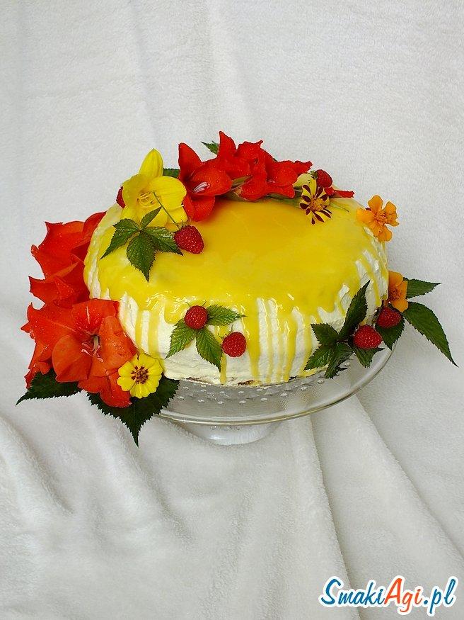 Tort śmietanowo - budyniowy z sezonowymi owocami i adwokatową polewą