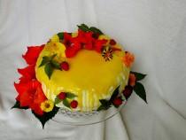 Tort śmietanowo – budyniowy z sezonowymi owocami i adwokatową polewą