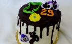 Tort urodzinowy – z solonym karmelem, kremem malinowym i oreo