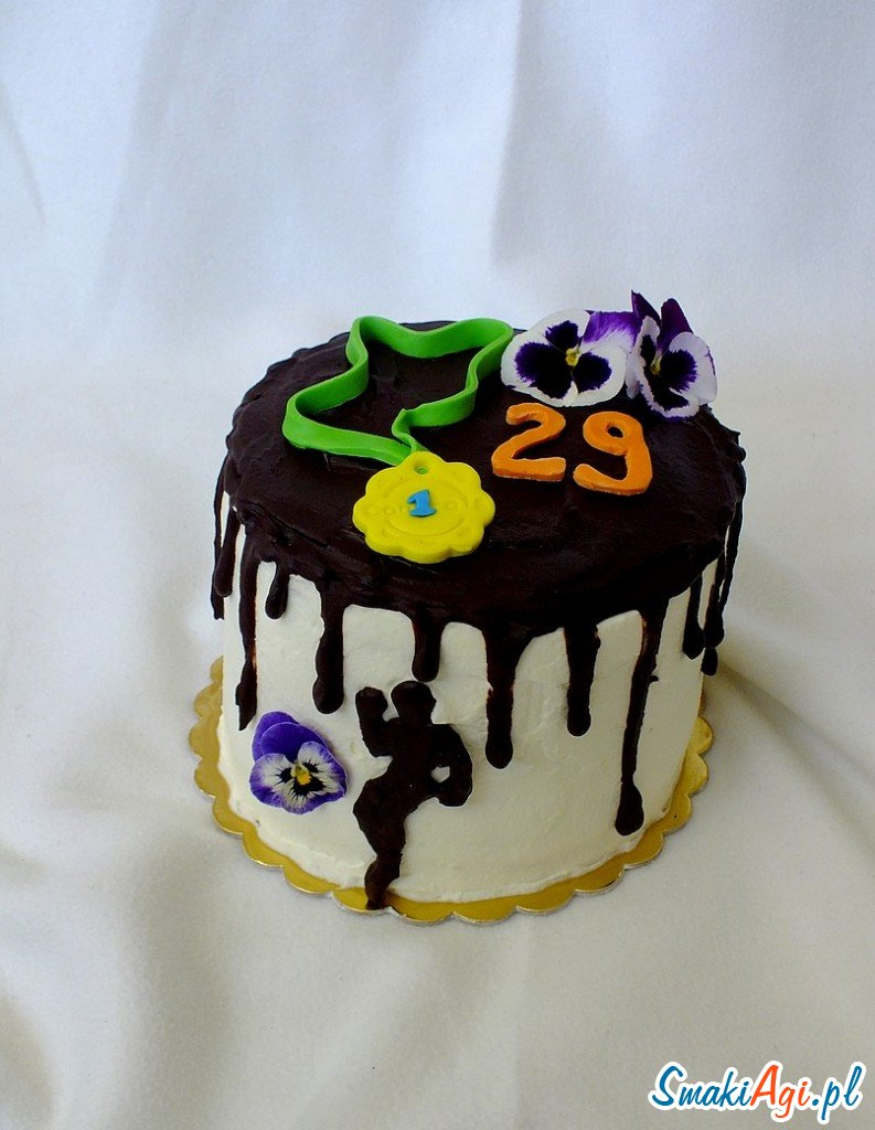 tort urodzinowy dla biegacza z kremem karmelowym